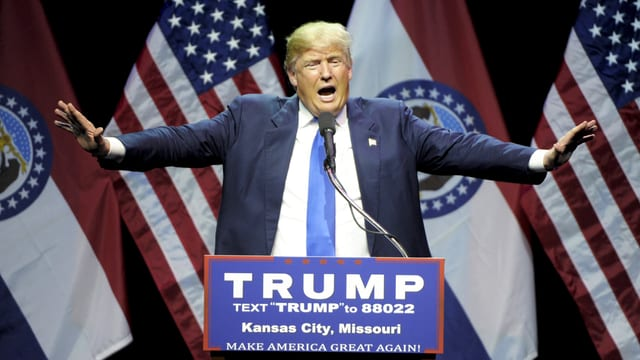 Der Republikaner Donald Trump gestikuliert während einer Rede in Kansas City. (reuters)