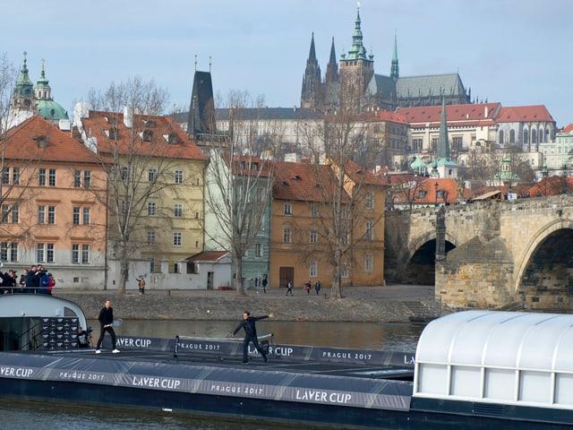 Federer und Berdych spielen auf einem Schiff vor der Prager Burg und der Karlsbrücke Tennis.