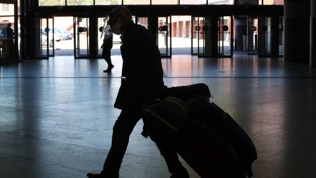 Ein Mann mit Reisegepäck.