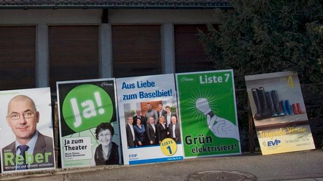 5 Wahlplakate nebeneinander von verschiedenen Parteien. Ganz rechts aussen jenes der EVP