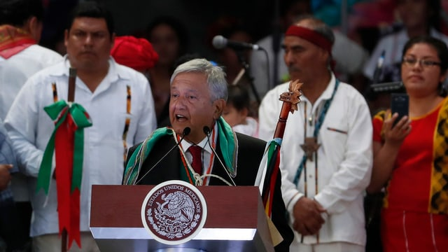 Andrés Manuel López Obrador an einem Rednerpult.