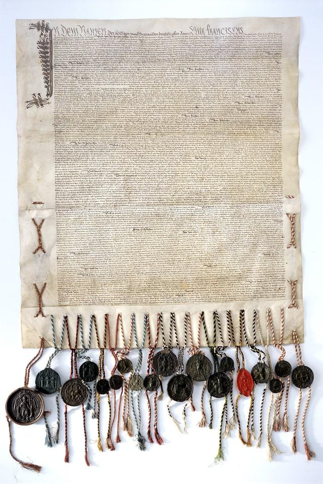 Ein historisches Dokument mit vielen verschiedenen Sigeln daran.