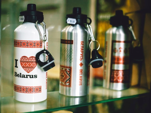 Trinkflaschne mit traditionellen Ornamenten.