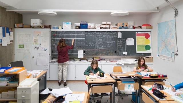 Ina stanza da scola.