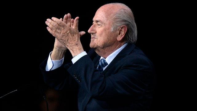 Joseph S. Blatter klatscht in die Hände