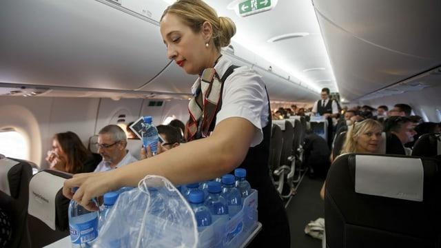 Flight attendant da la Swiss che cumparta aua.