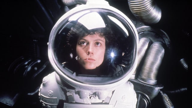 Eine Frau im Astronautenanzug.