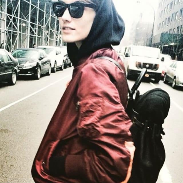 Die Bomberjacke ist zurück! Ronja Furrer trägt sie hier mit sehr viel Stil.