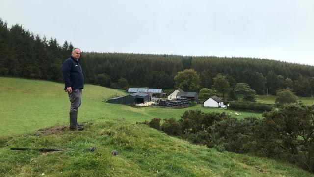 Wyn Evans auf einem kleinen Hügel mit Blick auf seinen Hof.