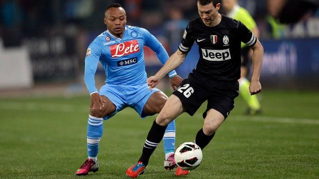 Napoli (mit Camilo Zubiga, l.) möchte Juventus (mit Stephan Lichtsteiner) das Leben schwer machen.