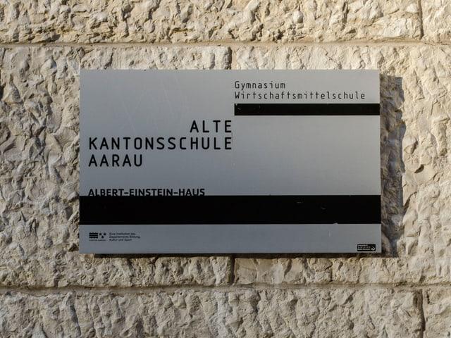 Graues Schild der alten Kantonsschule Aarau