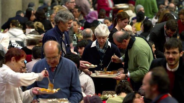 Armenspeisung an Weihnachten 2012 in einer Kirche in Italien.
