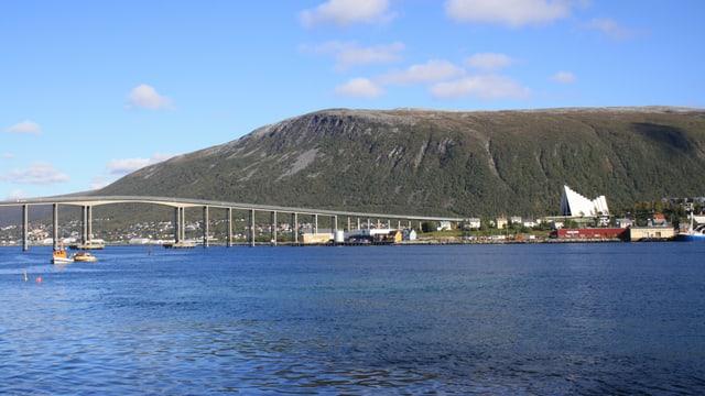 Blick auf die Stadt Tromsö mit der Eismeerkathedrale.
