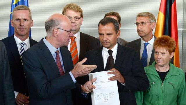 Untersuchungsausschuss gibt Bundestagspräsidenten den Untersuchungsausschuss.