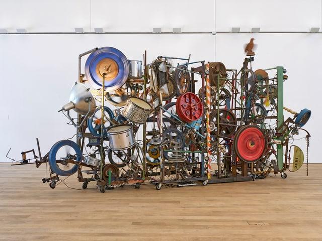 Eine mit Rädern und Eisenstangen besetzte Skulptur von Jean Tinguely.