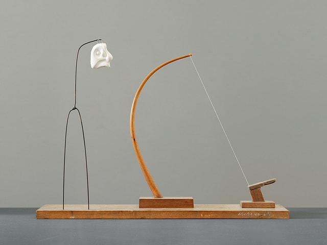Blick auf ein Objekt von Alberto Giacometti. Alberto Giacometti (10. Oktober 1901-11. Januar 1966) war ein Schweizer Bildhauer, Maler und Grafiker der Moderne, der seit 1922 hauptsächlich in Paris lebte und arbeitete. Er besuchte jedoch regelmässig das heimatliche Gebirgstal Bergell, um seine Familie zu treffen und dort künstlerisch tätig zu werden.