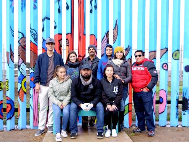 Enrique Chiu und einige seiner freiwilligen Helfer.