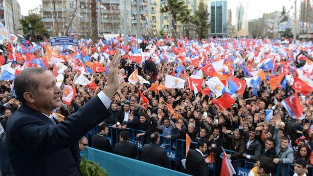 Erdogan winkt tausenden Anhängern zu, die auch Fahnen schwingen.