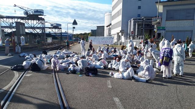 Aktivisten sitzen auf Strasse