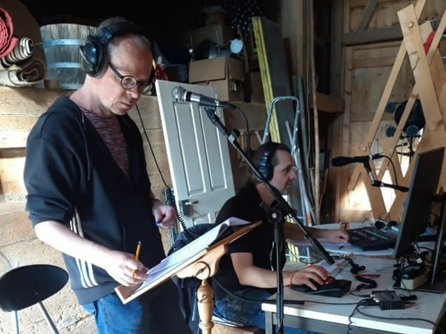Die Regie im Stall: Reto Ott mit Tontechniker Roli Fatzer während der Aufnahmen am improvisierten Mischpult.