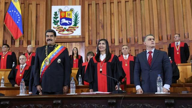 Maduro und weitere Personen stehen in einem Gerichtssaal.