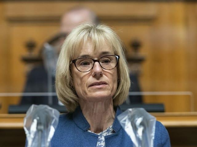 Mitte Nationalrätin Ruth Humbel im Nationalrat am Rednerpult.