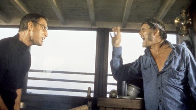 Roy Scheider und Robert Shaw schreien sich an.
