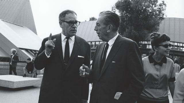 eine schwarz-weiss Aufnahme von zwei Männern im Gespräch