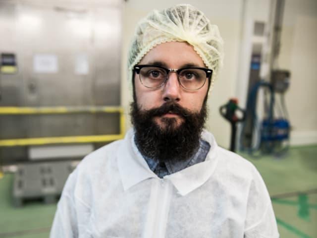 In der Produktionshalle von Traitafina, wo das Fleisch für Luma Beef herkommt, hat Hygiene oberste Priorität. Marco Tossaro und Lucas Oechslin, die beiden Fleischspezialisten, haben unseren Reporter Andi darum mit Schutzanzug und Haube versehen. Doch wie stehts um den Bart?