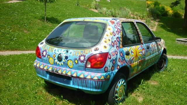 L'auto en il Curtin da senns da la Casa Depuoz a Trun.