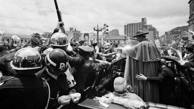 Kolumbien: Militärpolizisten schützen Papst Paul VI. vor dem Andrang Hunderttausender Gläubiger in Bogotá, Kolumbien, 22. August 1968.