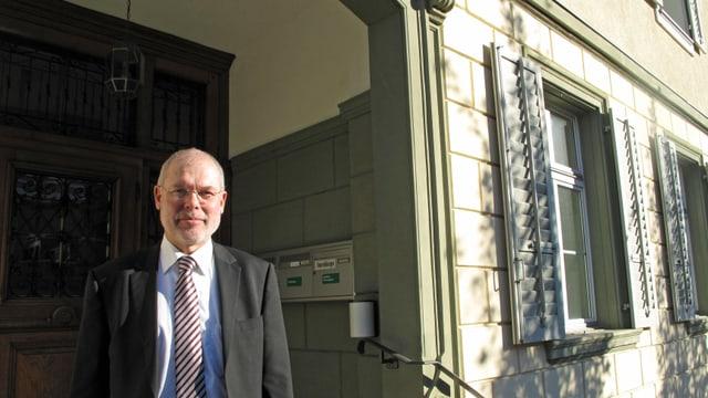 Der Gemeindepräsident von Menznau vor dem Gemeindehaus.