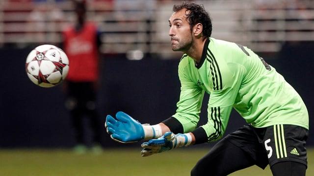 Diego Lopez nimmt einen Ball in Empfang