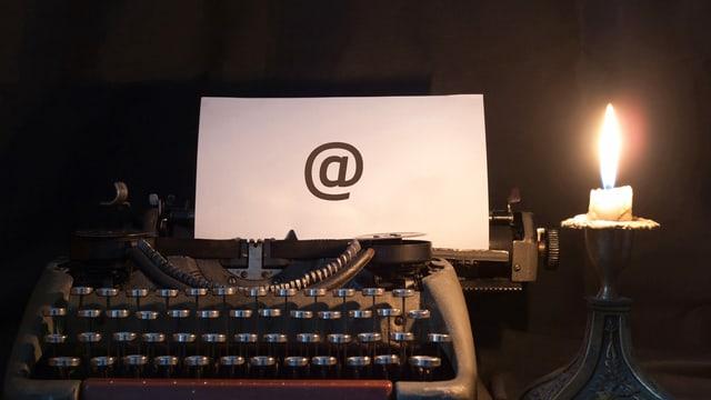 Schreibmaschin mit Email-Zeichen