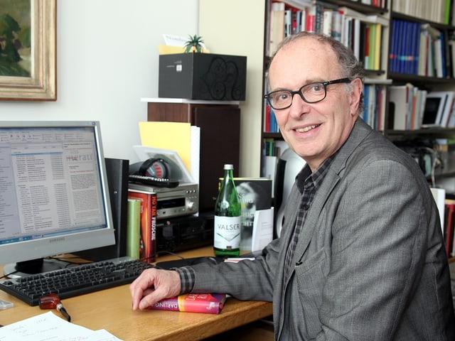 Felix Schneider sitzt in seinem Büro am Pult vor dem Computerbildschirm