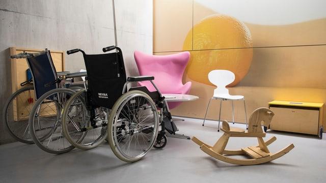 Rollstühle und Spielgeräte.