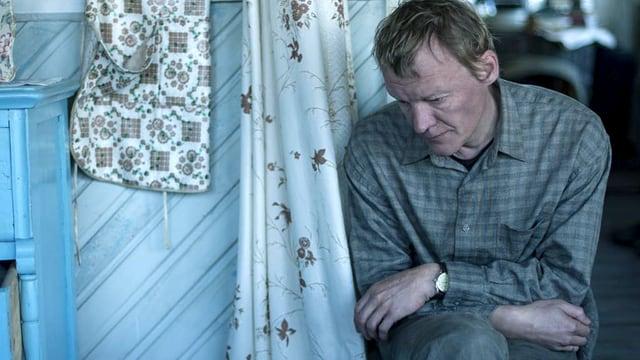 Ein Mann sitzt deprimiert auf der Treppe.
