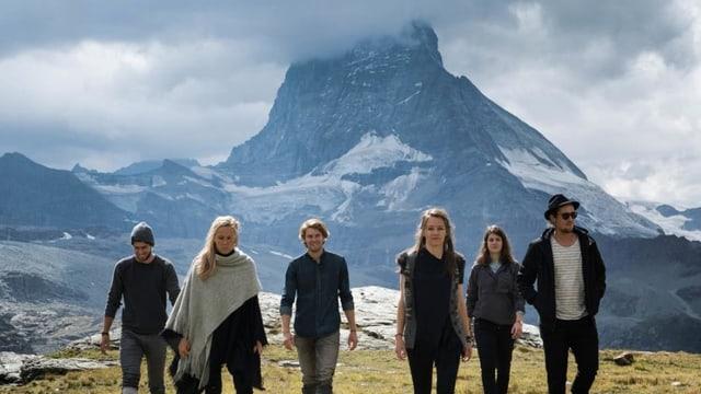 Alle Bandmitglieder von Wintershome vor dem Matterhorn.