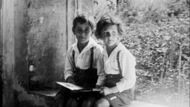 Kurt Früh sitzt als Bub neben seinem Bruder.