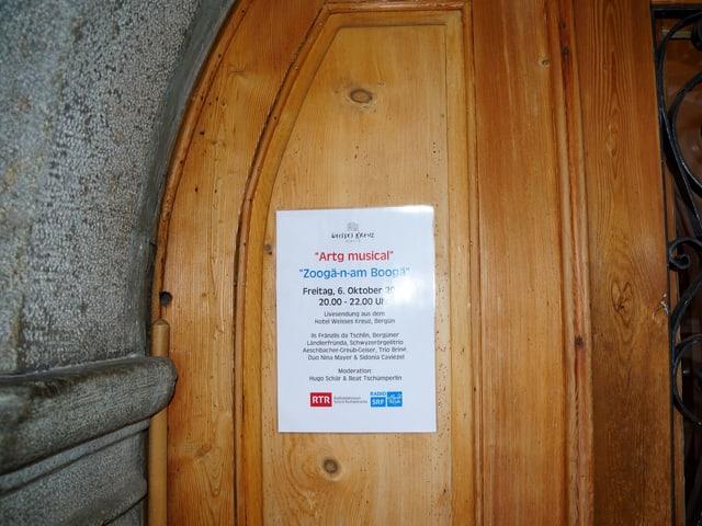 Zettel an Tür mit Sendungsnamen auf Deutsch und Rätoromanisch.