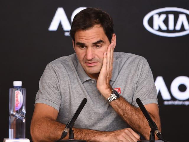 Roger Federer wirkt an einer Pressekonferenz nachdenklich.