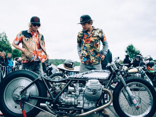 Nik Heer (links) und Fabian Witzig, die zwei «Young Guns,» beäugen ihren Dragster vor dem Rennen.