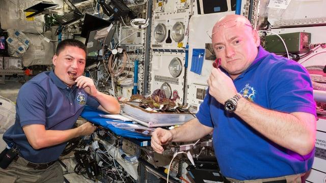 zwei Männer in einer Raumstation essen frischen Salat