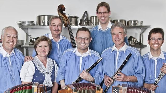 Sechs Musikanten mit ihren Instrumenten und eine Jodlerin.