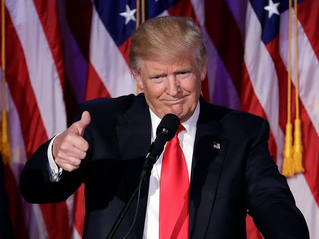 Donald Trump tritt in der Wahlnacht sichtlich gerührt vor die feiernde Menge.