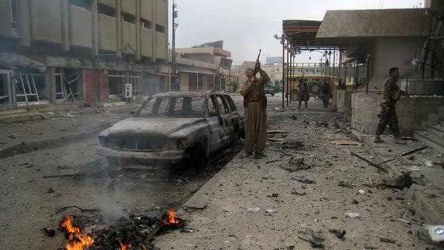 Kurdische Peschmerga liefern sich Gefechte mit IS-Kämpfern bei einem Hotel, wo zuvor ein Sprengsatz detonierte.