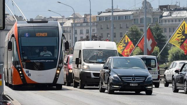 Tram auf einer Brücke in Genf.