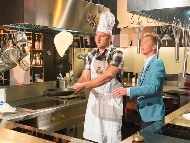 Nöldi Forrer und Reto Scherrer am Omeletten drehen.