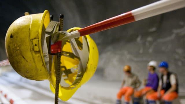 Gelbe Helme auf einer Baustelle.