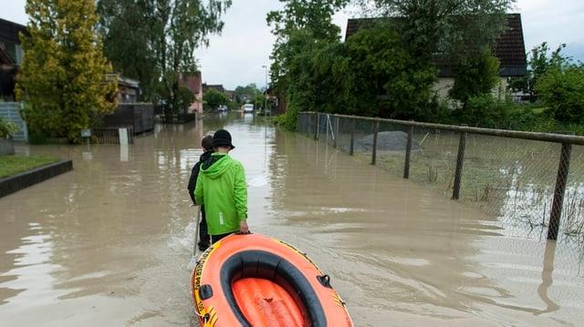 Schlauchboot im Hochwasser